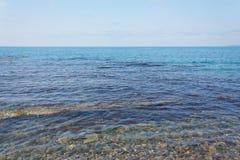 风平浪静的美好的海视图在蓝天下 免版税库存图片