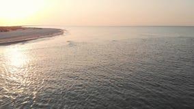 风平浪静的表面上的波纹日落的 影视素材