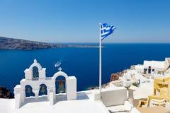 风平浪静表面上的看法通过传统希腊白色教会曲拱 库存照片