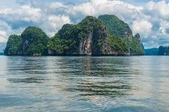 风平浪静表面,美丽如画的峭壁在海,泰国 图库摄影