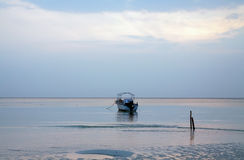 风平浪静Lowtide蓝天黎明唯一小船 免版税图库摄影