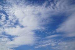 风打击自由格式白色云彩场面根据想象力的在明亮的蓝天背景 免版税库存图片