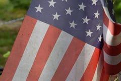 从风显示折叠的美国旗子 库存图片