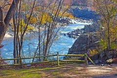 风景俯视在波托马克河在巨大秋天国家公园,弗吉尼亚美国 免版税库存图片