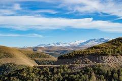 风景全景与秋天小山的高加索山脉 免版税图库摄影