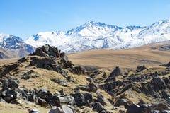 风景全景与秋天小山的高加索山脉 免版税库存图片