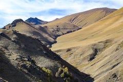 风景全景与秋天小山的高加索山脉 免版税库存照片