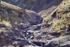 风景全景与秋天小山的高加索山脉 图库摄影