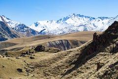 风景全景与秋天小山的高加索山脉 库存照片