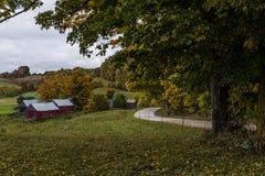 风景农厂和绕土路-秋天/秋天颜色-佛蒙特 免版税库存照片