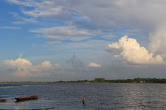 风景和天空和白色云彩的秀丽 免版税库存图片
