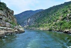 风景和狭窄的杜罗河河 免版税库存图片