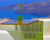 风景咖啡馆桌在圣托里尼 免版税库存照片