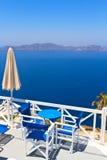 风景咖啡馆桌在桑托林岛 免版税库存图片