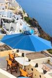 风景咖啡馆桌在桑托林岛 免版税库存照片