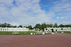 风景在公园、白色房子和天空 免版税库存图片