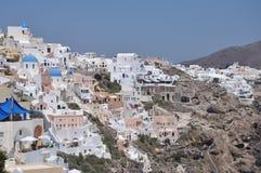 风景在圣托里尼,有小屋的希腊小山的 免版税库存照片