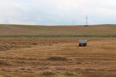 风景在收获以后的领域草甸 免版税库存图片