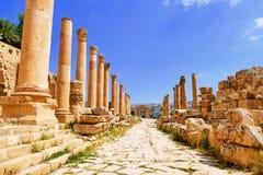 风景在有列柱Cardo的看法古老希腊罗马哥林斯人专栏对北部Tetrapylon在杰拉什,约旦 免版税库存图片