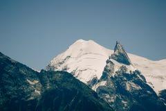 风景在晴朗天气的山峰 免版税库存照片
