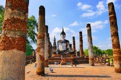 风景在Wat Mahathat神圣的佛教寺庙废墟的看法古老思考的菩萨雕象在Sukhothai历史公园, 图库摄影