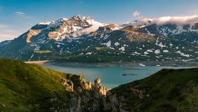 风景天空覆盖在日出、湖和积雪覆盖的山,冷的冬天,海湾nord风景 库存照片