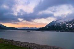 风景天空覆盖在日出、湖和积雪覆盖的山,冷的冬天,海湾nord风景 免版税库存图片