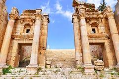 风景对亚底米神庙的看法古老罗马Propylaeum巨大的入口在历史的罗马市Gerasa在约旦 免版税库存图片
