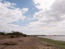 风景射击了海滩和海有多云蓝天的和 库存照片