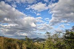 风景山和蓝天与云彩 免版税库存照片