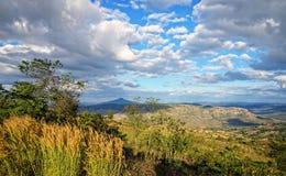 风景山和蓝天与云彩 库存照片