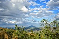 风景山和蓝天与云彩 免版税图库摄影