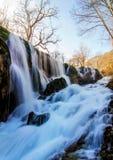 风景山河在秋天森林里 免版税库存图片