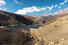 风景山湖 与史诗岩石的自然高水库在背景中 高加索横向山北部全景 俄国 Bylhum 免版税库存图片