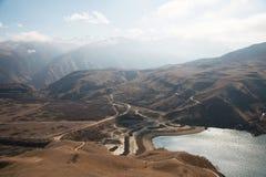 风景山湖 与史诗岩石的自然高水库在背景中 高加索横向山北部全景 俄国 Bylhum 免版税库存照片