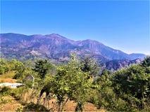风景山&清楚的天空蔚蓝一个美妙的看法  图库摄影