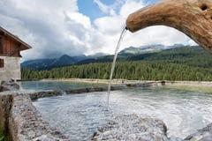 风景山Dolomiti喷泉 图库摄影