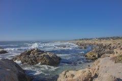 风景岩石海岸线17英里驱动加利福尼亚 免版税库存照片