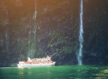 风景巡航接近瀑布, Milford Sound 免版税库存图片