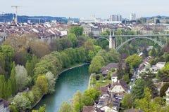 风景市伯尔尼,瑞士的首都 Aare河在一个宽圈流动在伯尔尼古城附近 免版税库存照片