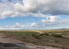 风景干草原 Tyva 在湖Dus-Khol附近的路 晴朗的日 beautiful clouds 免版税图库摄影