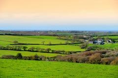 风景康沃尔领域在晚上天空,康沃尔郡,英国下 免版税库存图片