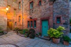风景教务长Village在晚上,在爱丁堡,苏格兰 免版税图库摄影