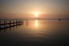 风景日出的码头 免版税库存照片