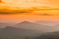 风景日出视图在热带山脉的 免版税库存照片