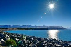 风景普卡基湖和周围的山在麦肯齐盆地 免版税图库摄影