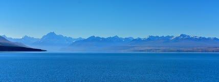 风景普卡基湖和周围的山在麦肯齐盆地 库存图片