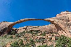 风景曲拱在默阿布,犹他附近的拱门国家公园 免版税库存照片