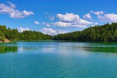 风景桃红色湖在Gatineau公园 免版税库存照片