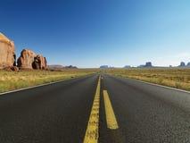 风景沙漠的高速公路 免版税库存照片